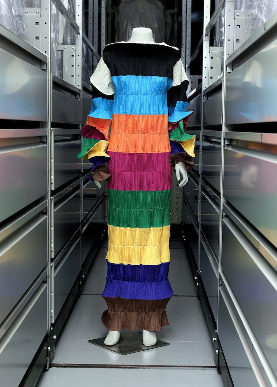 Robe longue, Issey Miyake.  Soie artificielle multicolore. 1986. Galliera, musée de la Mode de la Ville de Paris.